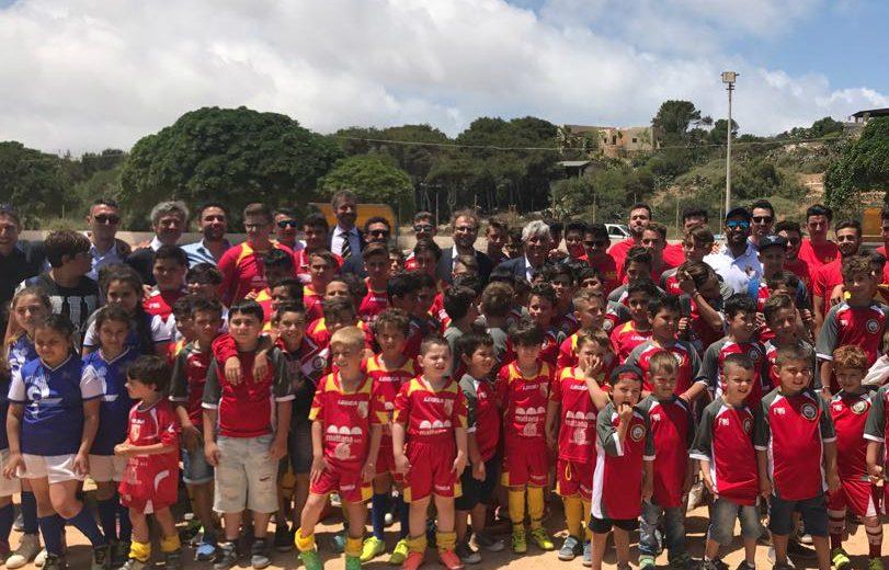 07/06/2017 - Luca Lotti Con bambini alla posa prima zolla campo calcio Lampedusa